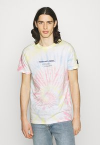 Redefined Rebel - FINN TEE - Print T-shirt - sun spring - 0