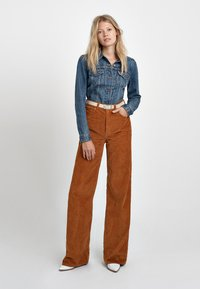 Levi's® - RIBCAGE CORD WIDE LEG - Flared Jeans - caramel - 2