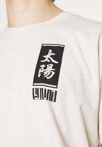 Edwin - TAROT DECK UNISEX - Print T-shirt - pelican - 4
