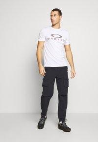 Oakley - BARK - T-Shirt print - white - 1