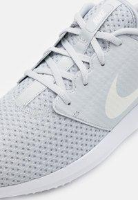 Nike Golf - ROSHE G - Golfové boty - pure platinum/metallic white/white - 5