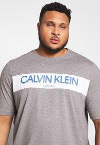 Calvin Klein - STRIPE LOGO  - T-shirt con stampa - grey - 3