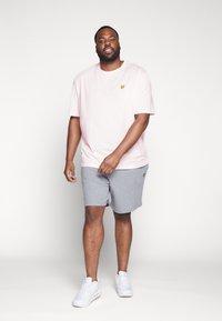 Lyle & Scott - Basic T-shirt - strawberry cream - 1