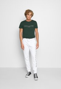 Tommy Hilfiger - LOGO TEE - T-shirt con stampa - green - 1