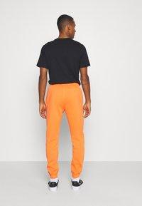 Nike Sportswear - PANT - Pantalon de survêtement - electro orange/(reflective) - 2