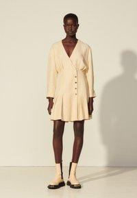sandro - Vapaa-ajan mekko - beige - 0