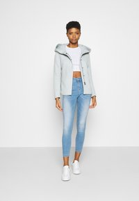 ONLY - ONLSEDONA LIGHT SHORT JACKET - Leichte Jacke - lichen