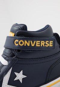 Converse - PRO BLAZE STRAP VARSITY - Zapatillas altas - obsidian/amarillo/white - 5