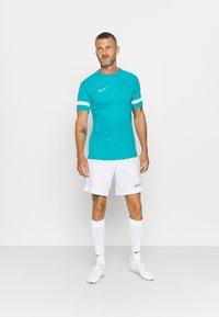 Nike Performance - ACADEMY 21 - T-shirt med print - aquamarine/white - 1