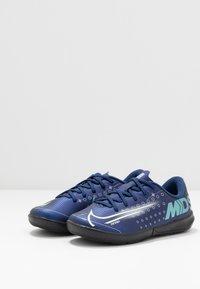Nike Performance - MERCURIAL JR VAPOR 13 ACADEMY IC UNISEX - Indoor football boots - blue void/metallic silver/white/black - 2