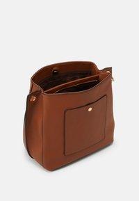 PARFOIS - SAC TANGLE - Handbag - camel - 2