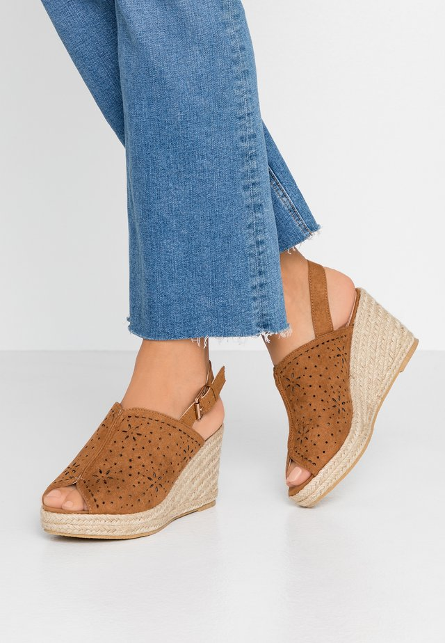 WIDE FIT DAKOTA WEDGE SHOE - Sandales à talons hauts - tan