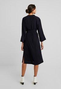 And Less - NEW CAJA DRESS - Denní šaty - blue nights - 2