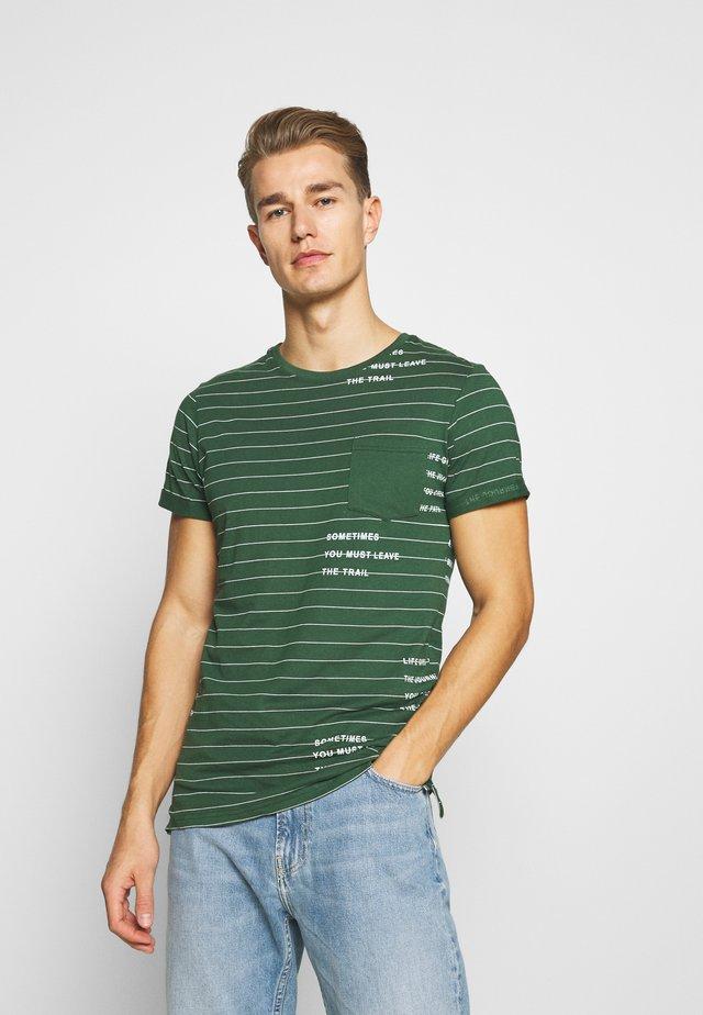 ECHOLS - Print T-shirt - pineneedle