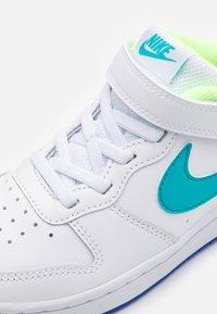Nike Sportswear - COURT BOROUGH 2 UNISEX - Baskets basses - white/oracle aqua/hyper blue/ghost green - 5