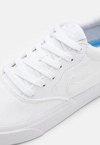 Nike SB - CHARGE SLR - Matalavartiset tennarit - white - 5