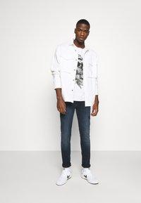 Jack & Jones - JORBRIAN  - T-shirts print - cloud dancer - 1