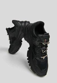 Bershka - SNEAKER MIT MEHREREN ELEMENTEN - Sneakers basse - black - 3