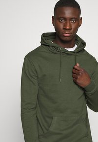 Newport Bay Sailing Club - CORE HOOD - Sweat à capuche - khaki - 3