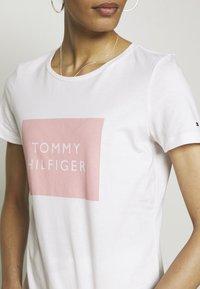 Tommy Hilfiger - REGULAR BOX TEE - Printtipaita - white - 4