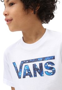 Vans - BY VANS CLASSIC LOGO FILL KIDS - T-shirt con stampa - white/galactic glow - 2
