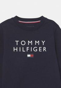 Tommy Hilfiger - FLAG CREWNECK - Felpa - desert sky - 2