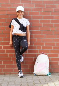 Nike Sportswear - CROP SWOOSHFETTI - Camiseta estampada - white/black - 4