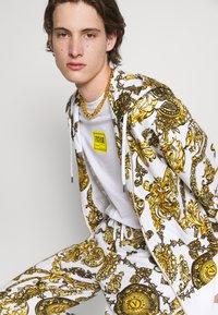 Versace Jeans Couture - Print T-shirt - bianco ottico - 6