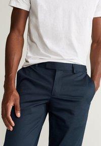 Mango - SLIM FIT-HOSE AUS TECHNISCHEM GEWEBE - Pantalon classique - marineblau - 3