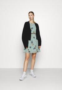 Vero Moda - VMFALLIE BELT DRESS - Hverdagskjoler - green milieu - 1