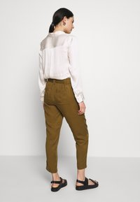 Banana Republic - UTILITY STRAIGHT TIE WAIST PANT SOLIDS - Pantalones - cindered olive - 2
