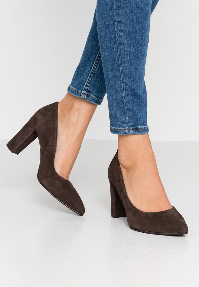 WIDE FIT DIAN - Klassiske pumps - chocolate