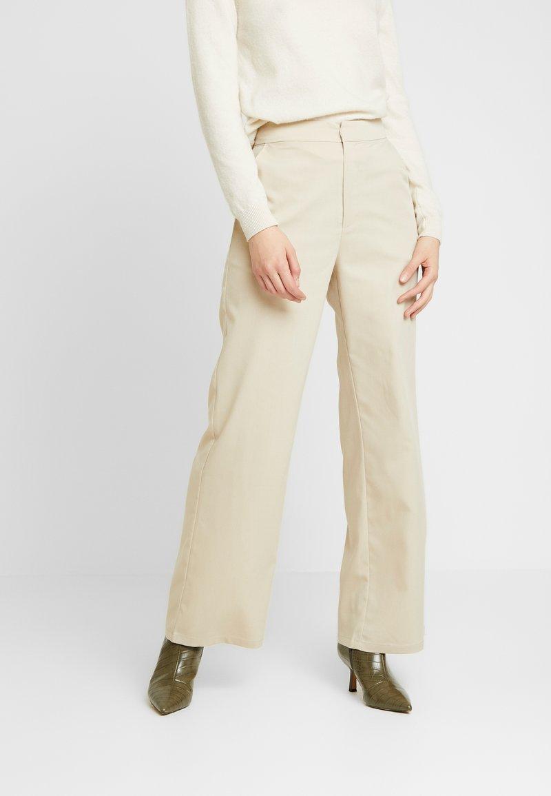 NA-KD - PAULINYE WIDE LEG SUIT PANTS - Bukse - beige