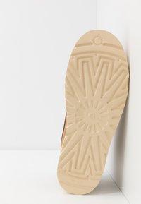 UGG - CAMPOUT CHUKKA - Zapatos con cordones - chestnut - 4