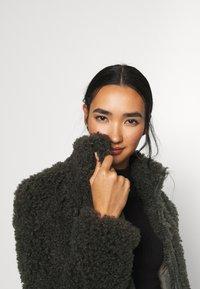 Vero Moda - VMBARRYTIFFANY  SHORT JACKET - Winter jacket - peat - 5