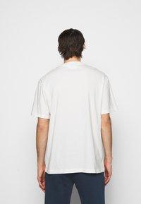 Han Kjøbenhavn - BOXY TEE FRONT - Print T-shirt - off white/black - 2