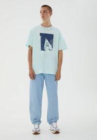 PULL&BEAR - T-shirt med print - blue - 7