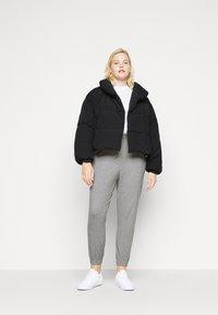 Pieces Curve - PCSAZEL SHORT PUFFER JACKET CURVE - Winter jacket - black - 1