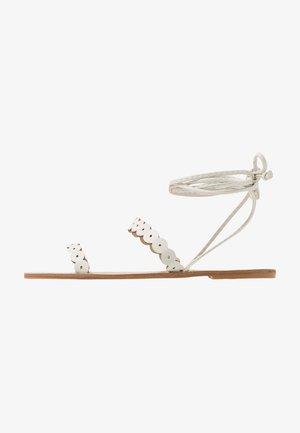 STRAP DETAIL ANKLE WRAP FLAT  - Sandaalit nilkkaremmillä - white