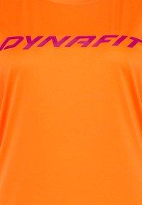 Dynafit - TRAVERSE TEE - Print T-shirt - ibis - 2