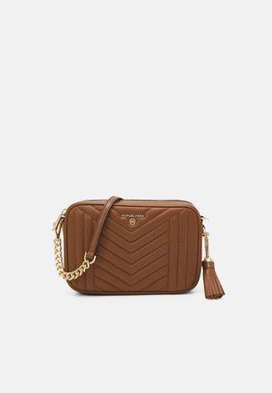 JET SET CHARMMD BAG - Taška spříčným popruhem - luggage