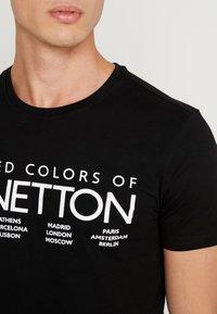 Benetton - T-shirt z nadrukiem - black - 4