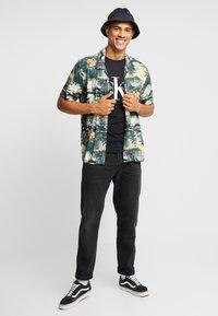 Calvin Klein Jeans - ICONIC MONOGRAM SLIM TEE - Camiseta estampada - black - 1
