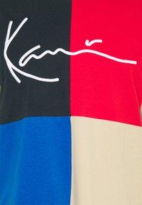 Karl Kani - SIGNATURE BLOCK TEE UNISEX - Print T-shirt - blue - 5