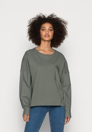 LONG SLEEVE ROUND NECK PATCHED WITH WOVEN GARMEN     - Felpa - olive garden