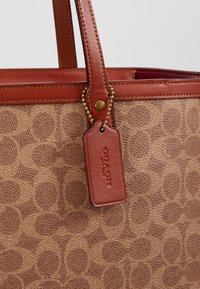Coach - SIGNATURE CENTRAL TOTE WITH ZIP - Handtasche - tan/rust