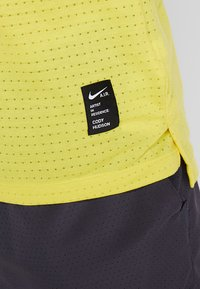 Nike Performance - RISE TANK ARTIST - Sports shirt - chrome yellow/obsidian/reflective silver - 4