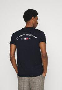 Tommy Hilfiger - BACK LOGO TEE - T-shirt med print - desert sky - 2