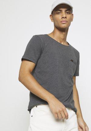SHAPED POCKET TEE - T-shirt - bas - washed black
