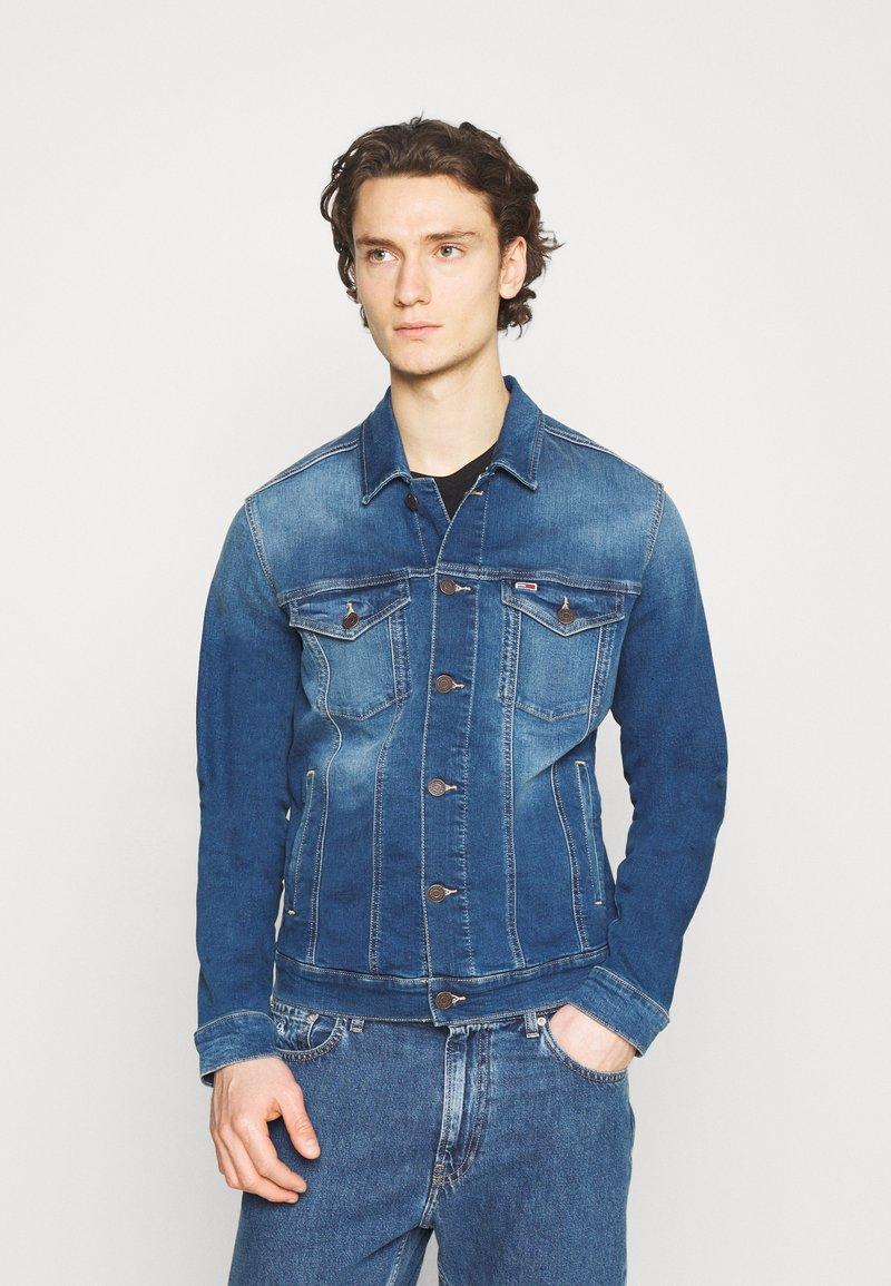 Tommy Jeans - REGULAR TRUCKER JACKET - Džínová bunda - wilson mid blue stretch